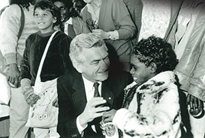 Bob Hawke with Kakadu school children. Image Courtesy National Archives of Australia.